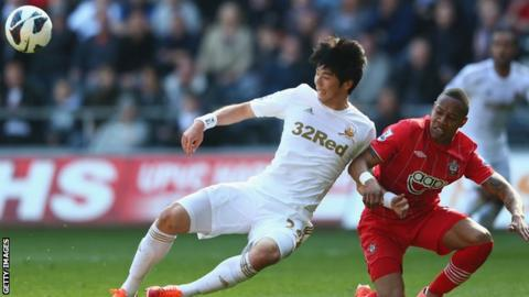 Ki Sung-Yeung in action for Swansea against Southampton