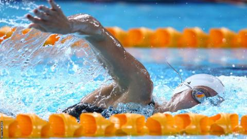 Jazz Carlin won her 800m freestyle heat comfortably and set a new Commonwealth Games record to qualify for the final.