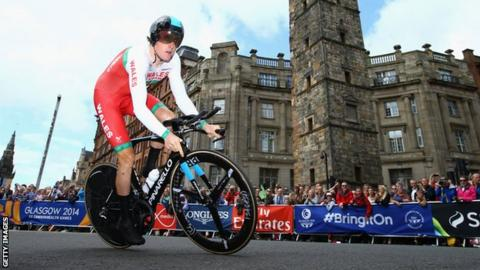 Geraint Thomas riding through the streets of Glasgow in the Commonwealth Games time trial