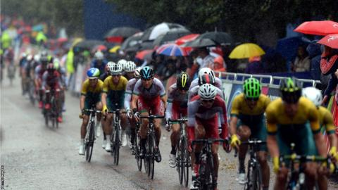 Geraint Thomas (centre) during a gruelling men's road race