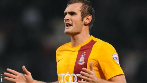 Bradford striker James Hanson scores a last-minute goal to clinch a dramatic victory over Coventry.