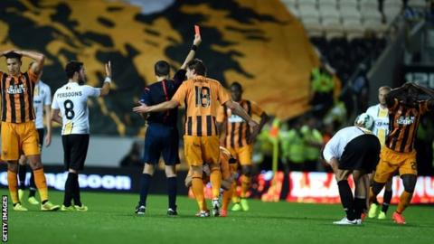 Yannick Sagbo is sent off for Hull