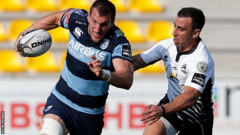 Sam Warburton holds off Luciano Orquera of Zebre