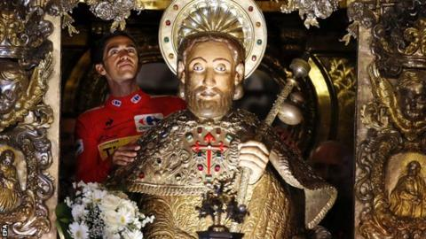 Alberto Contador visits the Apostle statue at Santiago Cathedral
