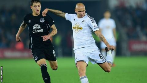 Jonjo Shelvey in action for Swansea City against Everton