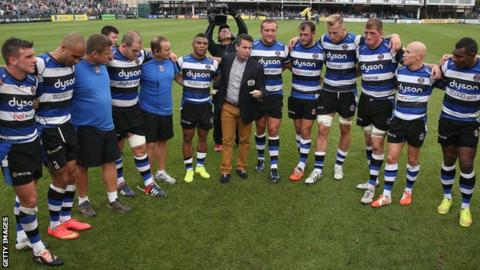 Mike Ford gives a team talk to Bath players