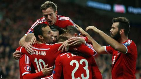 Wales players celebrate Hal Robson-Kanu's second goal