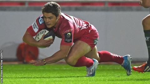 Harry Robinson scores for the Scarlets