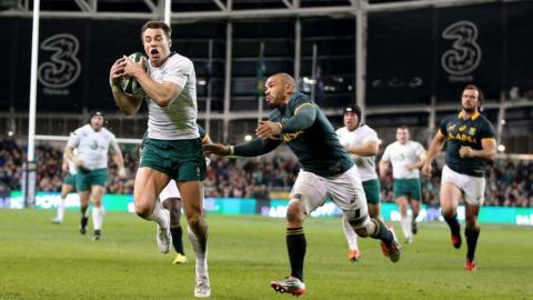 Tommy Bowe outpaces Bryan Habana to touch down in the corner as Ireland win 29-15 against the Springboks