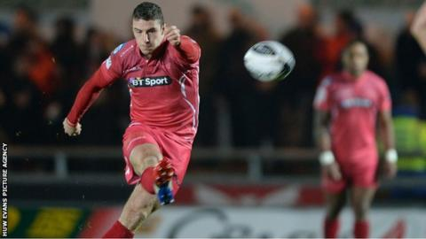 Steve Shingler kicks for goal