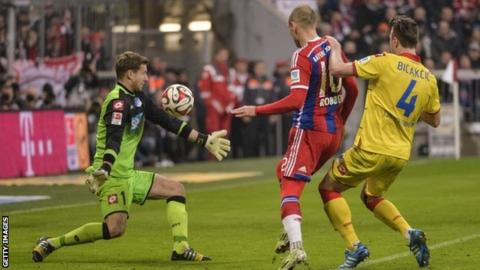 Arjen Robben scores