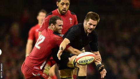 Richie McCaw is tackled by Jamie Roberts