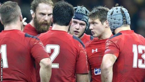 Dan Biggar talks to his team-mates