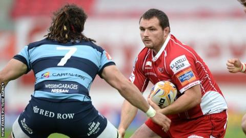 Ken Owens (R) scored a try in Wales' 31-30 second Test defeat against South Africa in June