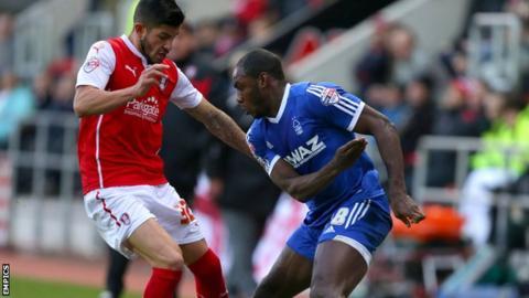 Rotherham United's Emmanuel Ledesma (l) challenges Nottingham Forest's Michail Antonio