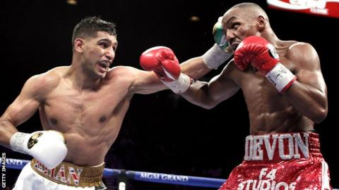 Amir Khan on the way to beating Devon Alexander