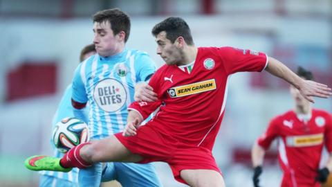 John Boyle and David McDaid challenge for the ball during Saturday's Premiership game at Solitude