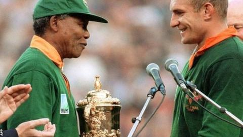 South African President Nelson Mandela presents the World Cup to Springbok captain Francois Pienaar in 1995
