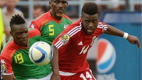 Equatorial Guinea's forward Kike (right) challenges Burkina Faso's defender Mohamed Koffi (centre) and Burkina Faso midfielder Bertrand Traore
