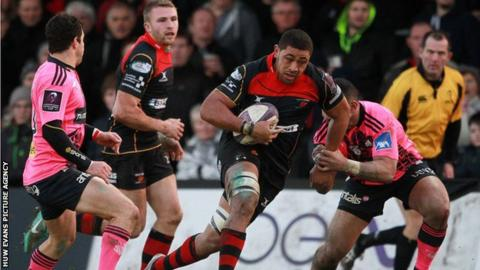Taulupe Faletau on the attack for Dragons against Stade Francais