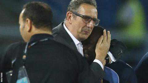 Tunisia's head coach George Leekens (centre) and DR Congo coach Florent Ibenge