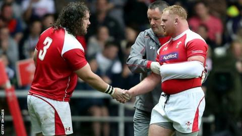 Adam Jones (L) shakes hands with Samson Lee (R)
