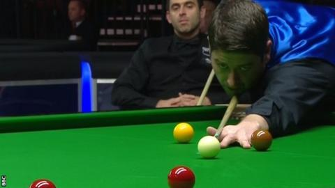Ronnie O'Sullivan looks on with Matthew Stevens at the table at the Welsh Open