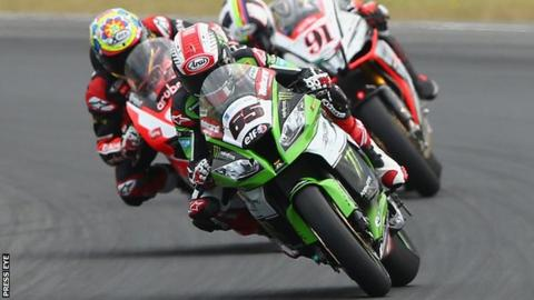 Jonathan Rea beat Leon Haslam and Chaz Davies in a thrilling last lap