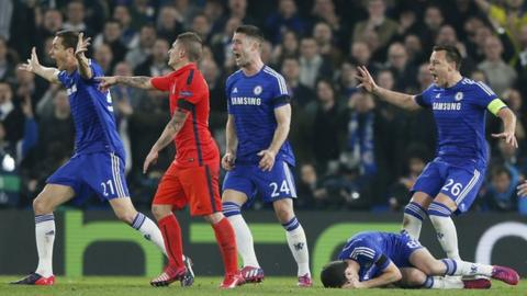 Chelsea players rush to referee Bjorn Kuipers