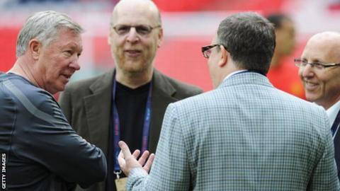 Sir Alex Ferguson talking to Avie (second left), Bryan and Joel (r) Glazer
