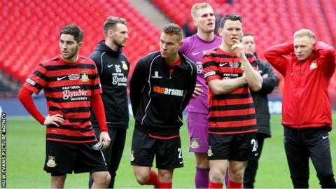 Wrexham players look dejected after losing the 2015 FA Trophy final