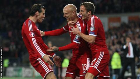 Gareth Bale and Wales team-mates