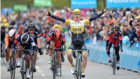Moreno Hofland beats Matteo Pelucchi by a bike length