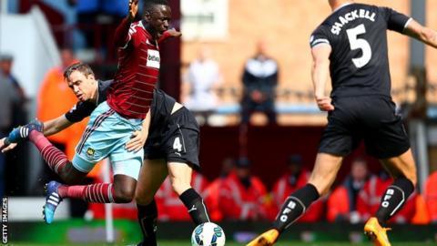 Michael Duff brings down Cheikhou Kouyate