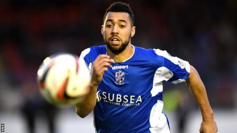 Kane Hemmings playing for Cowdenbeath