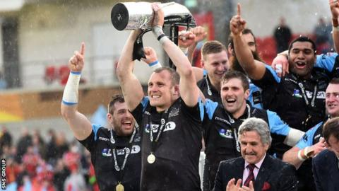Al Kellock lifts the Pro12 trophy on his last appearance for Glasgow Warriors