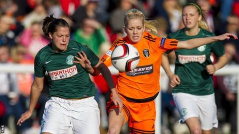 Lisa Robertson (left) and Glasgow City's Denise O'Sullivan battle for possession