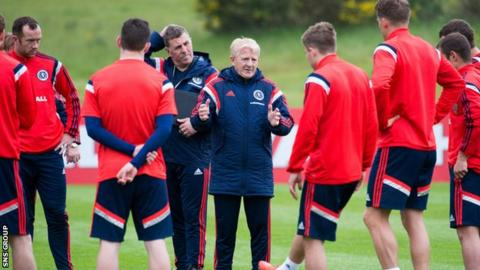 Scotland manager Gordon Strachan passes on a few thoughts at a training session