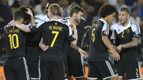Belgium players celebrate Marouane Fellaini's goal against Israel