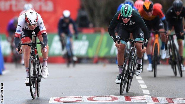 Jasper Philipsen batte Pascal Ackermann nella 15a tappa della Vuelta
