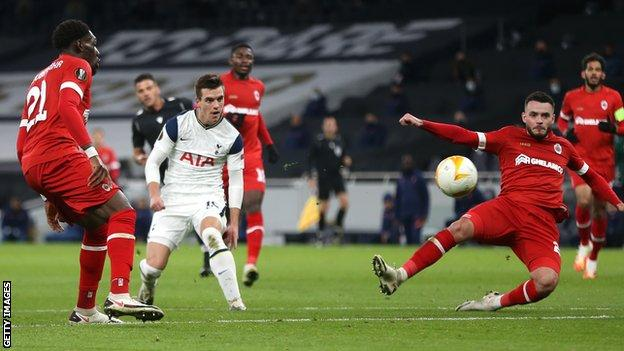 Giovani lo Celso shoots for Tottenham against Royal Antwerp