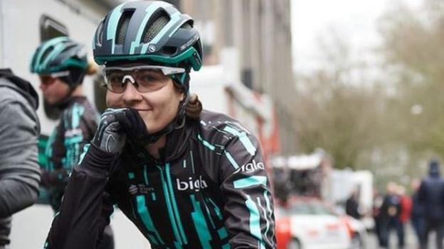Omloop Het Nieuwsblad women's race halted as rider catches men's race thumbnail