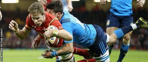 Liam Williams scores a try for Wales