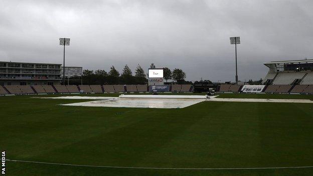 Rain at the Ageas Bowl