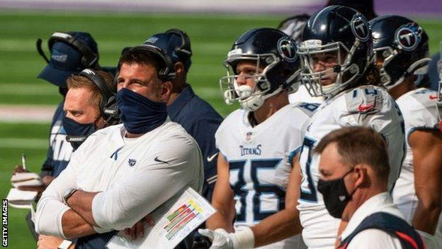 Tennessee Titans head coach Mike Vrabel watches a match with his team