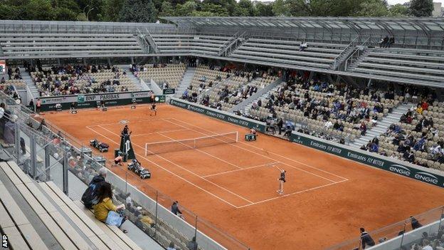 Empty seats on Court Simonne-Mathieu