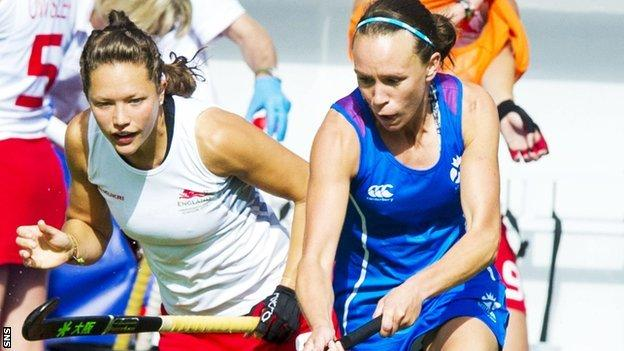 Scotland's Nikki Kidd (right) skips past England's Ellie Watton at the Commonwealth Games in Glasgow in 2014