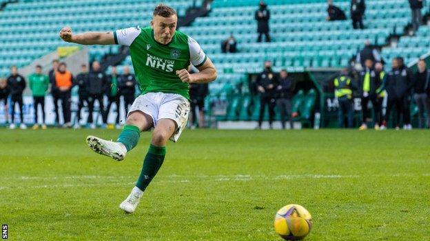 Hibernian 2-2 Motherwell: Edinburgh side edge penalty shootout to reach semi-finals thumbnail