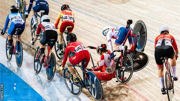 Laura Kenny crashes in Milton