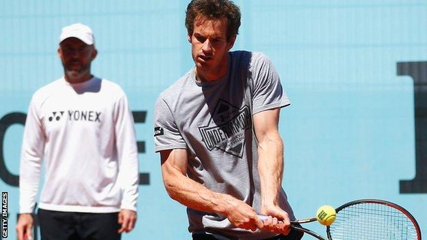 Jamie Delgado watches Andy Murray in training